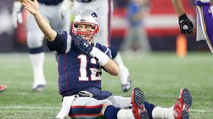 Tom Brady festeja su primero y 10 por tierra ante Minnesota.