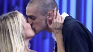 María y Pablo Amores besándose en Operación Triunfo