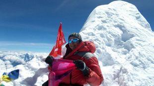 La alpinista en la cima del Mansalu