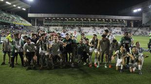 Los juagdores del Córdoba celebran la permanencia la pasada temporada