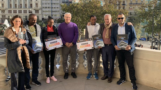 Los vencedores del Maratón Valencia 2018 junto al alcalde Joan Ribó...
