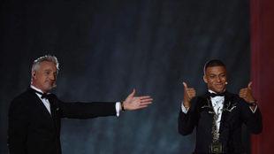 Ginola, con Mbappé y el trofeo Kopa.