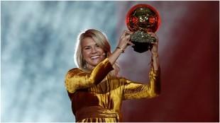 Ada Hegerberg, con el Balón de Oro femenino.