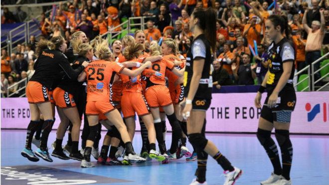 Las holandesas celebran la victoria ante el equipo español