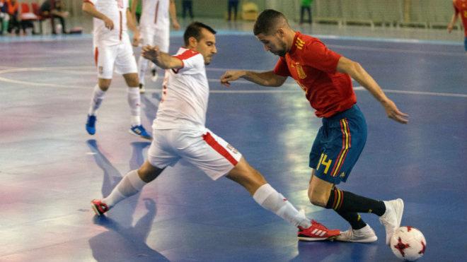 Raúl Campos, autor del 1-0, trata de marcharse de un jugador serbio.