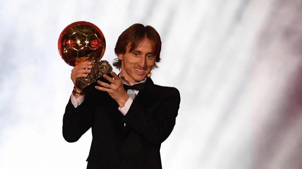 Luka Modric levanta el Balón de Oro 2018.