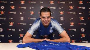 Azpilicueta posa con la camiseta del Chelsea tras renovar su contrato.