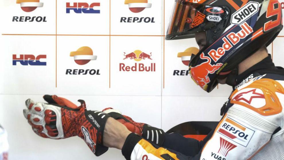 Márquez se coloca el guante en los entrenamientos de la semana pasada...