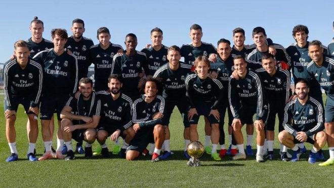 Luka Modric, posando con sus compañeros antes del entrenamiento.
