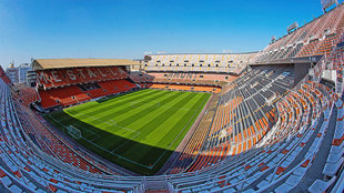Imagen de las gradas y el terreno de juego del estadio de Mestalla.