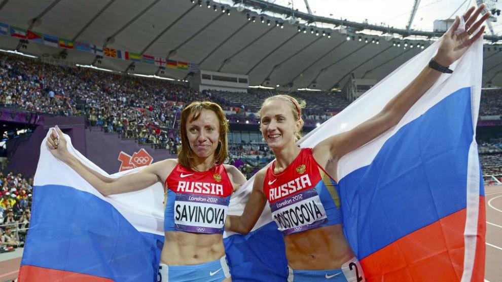 Mariya Savinova y Ekaterina Poistogova celebran sus medallas en la...