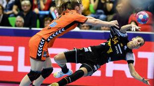 Alicia Fernández lanza en el partido contra Holanda /