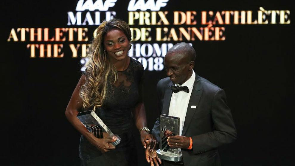 Caterine Ibargüen y Eliud Kipchoge, con sus trofeos de mejores de...