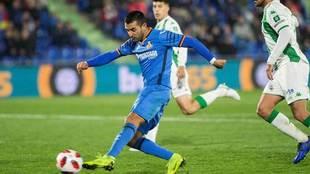 Ángel golpea el balón en el partido ante el Córdoba.