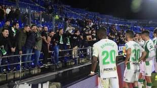 Los aficionados increpan a los jugadores al final del partido.