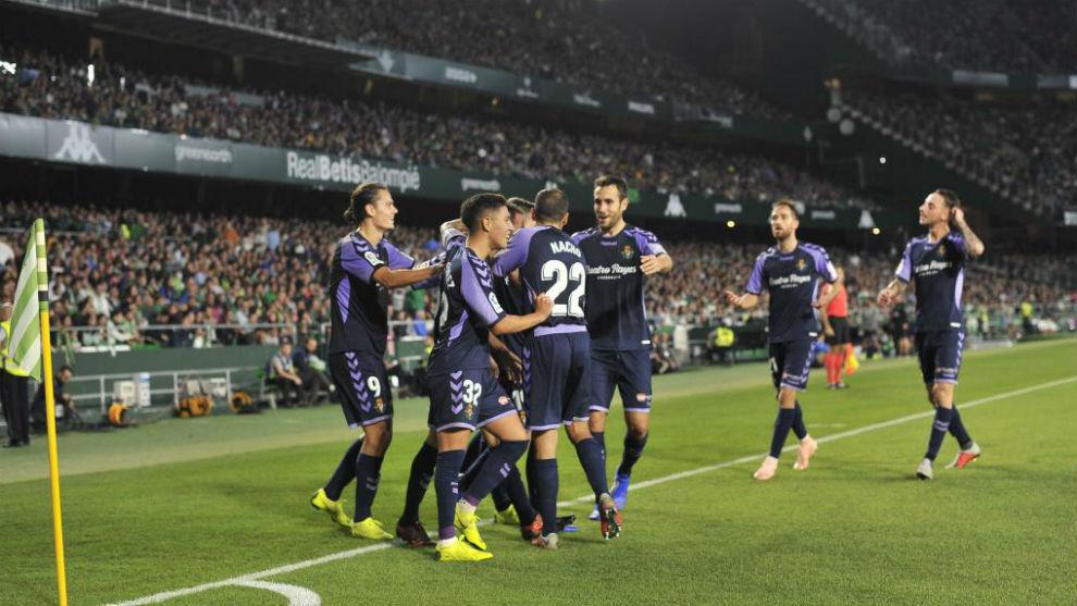 Los jugadores del Valladolid, celebrando en el Benito Villamarín.