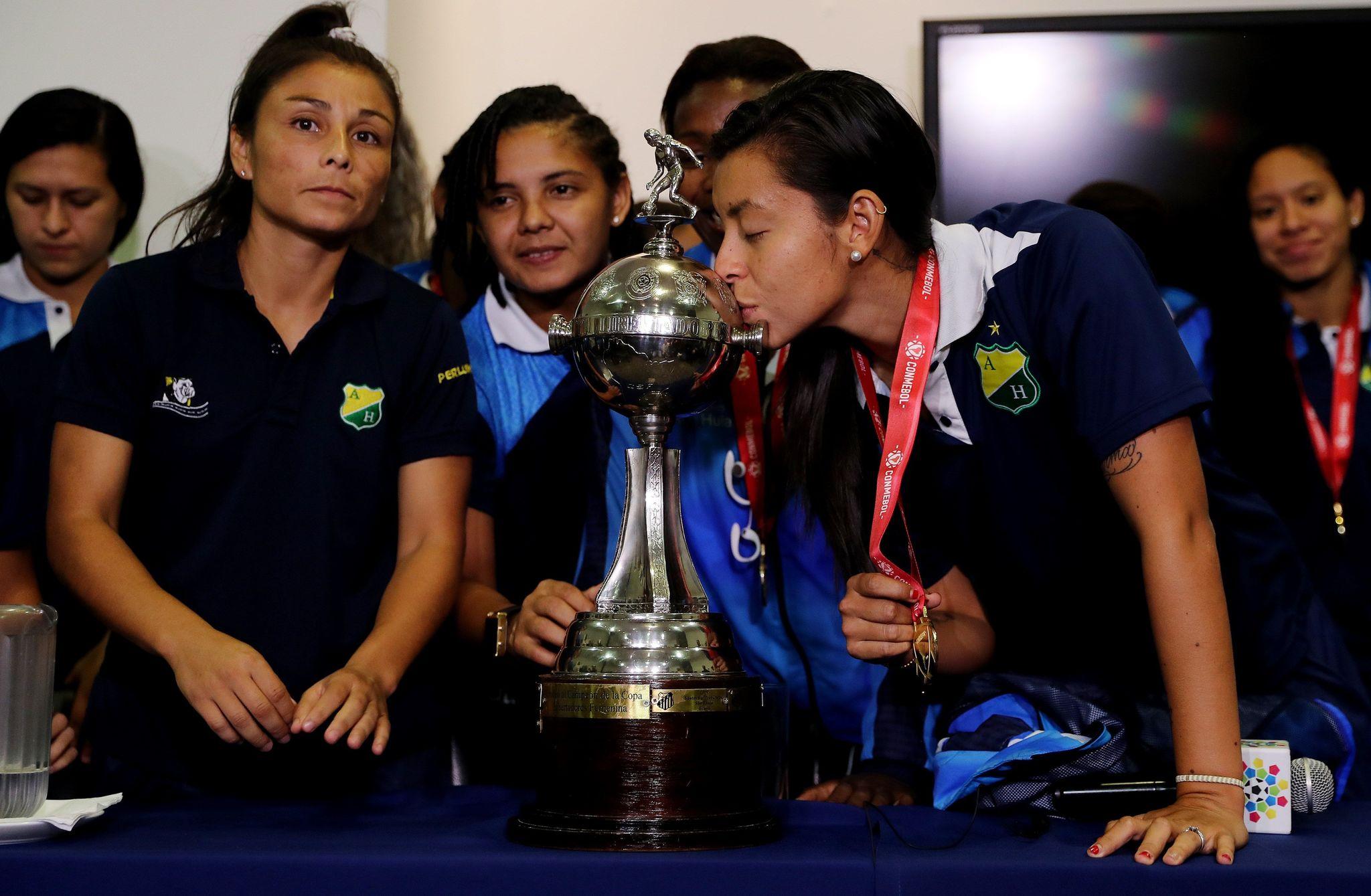 Yoreli Rincón besando la Copa Libertadores ganada con el Atlético...