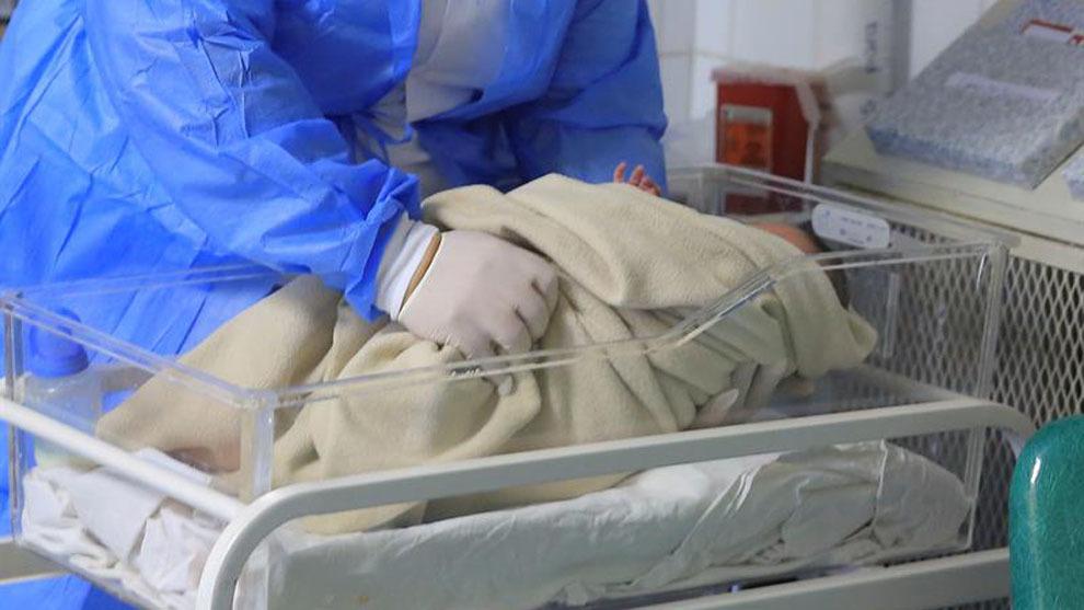 Nace el primer bebé de un útero transplantado a partir de una...