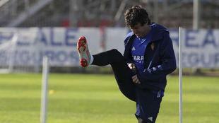 Cristian Álvarez realiza estiramientos en una sesión.