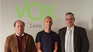 Sergio Sánchez, junto a dirigentes de Vox León.