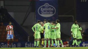 Los jugadores de Levante y Lugo, durante el partido de ida.
