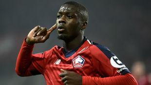 Nicolas Pépé celebra un gol con el Lille