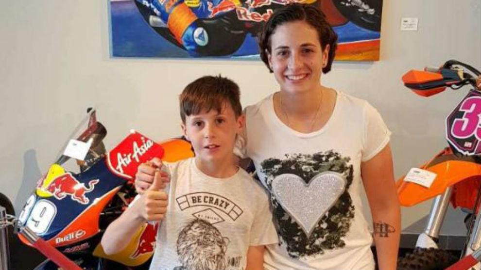 Máximo, con Ana Carrasco con la moto de Luis y su póster, al fondo.