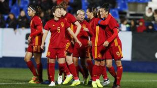 Las jugadoras de la selección española celebran un gol ante Polonia...