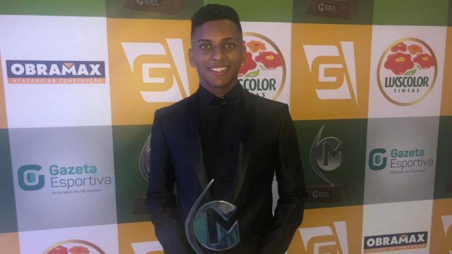 Rodrygo, con el premio de Gazeta Esportiva.