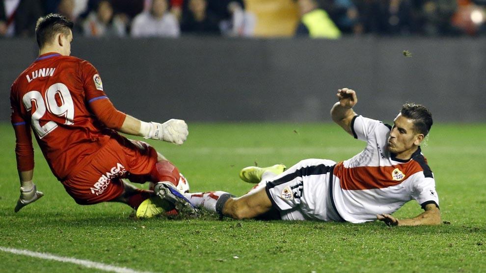 Lunin saca un balón de gol ante Alex Alegría.