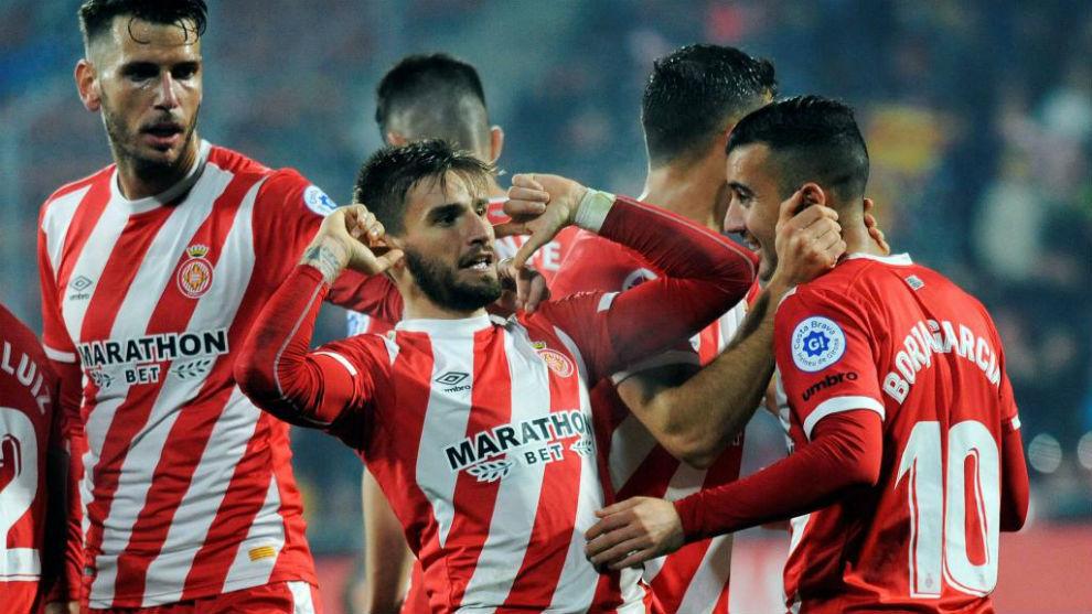 Los jugadores del Girona celebran uno  de los goles.