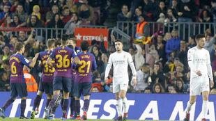 Los jugadores del Barcelona celebran uno de los goles ante la...