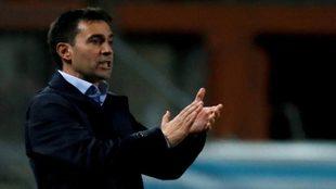 Asier Garitano aplaude a sus jugadores, durante el partido contra el...