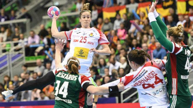 Nerea Pena lanza por encima de la defensa magiar.