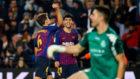 Denis celebra el 2-0 con la hinchada del Camp Nou.
