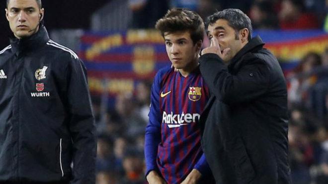 Valverde da instrucciones a Riqui Puig antes de hacerlo debutar.