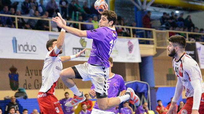 Víctor Vigo supera en salto a la defensa del Logroño