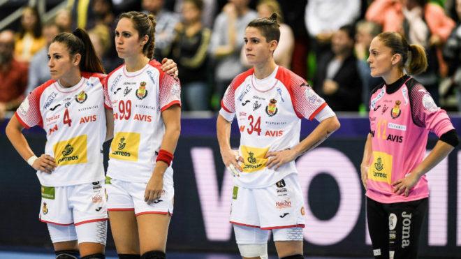 as jugadoras españolas decepcionadas tras la derrota ante Hungría /