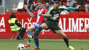 Una acción del partido de ida entre Sporting y Eibar.