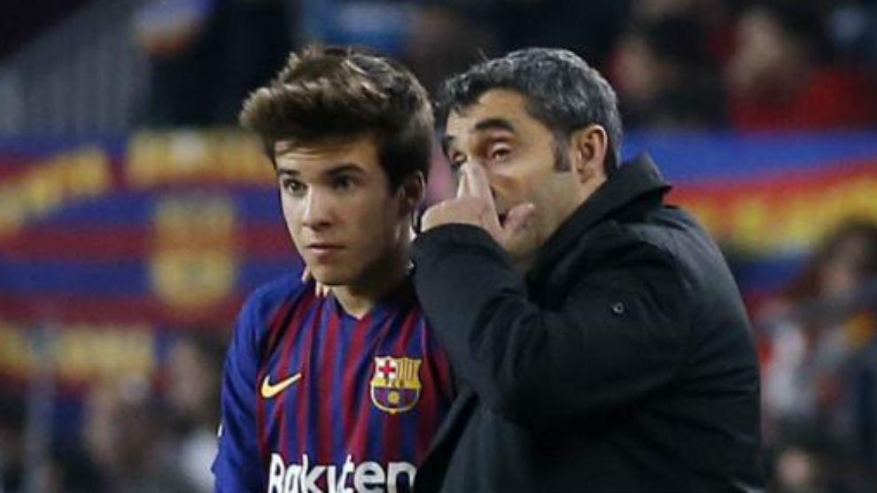 Valverde da instrucciones a Riqui Puig.