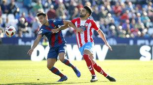Róber Pier y Jona pelean un balón durante el Levante - Lugo.