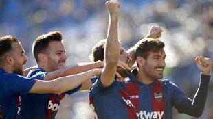 Mayoral, Róber Pier, Coke y Campaña celebran el primer gol del...