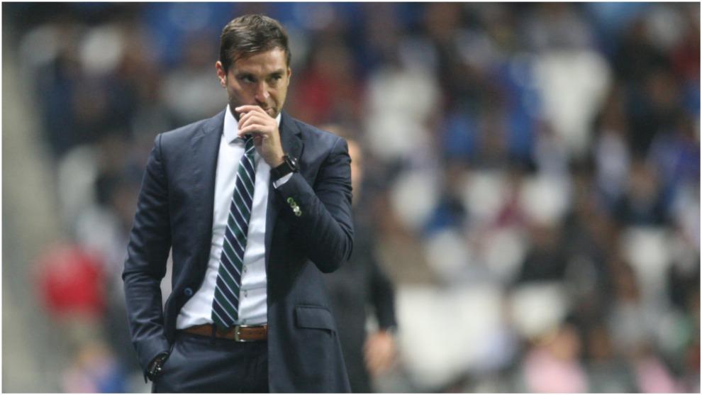Diego Alonso, pensativo, en el duelo ante Cruz Azul.