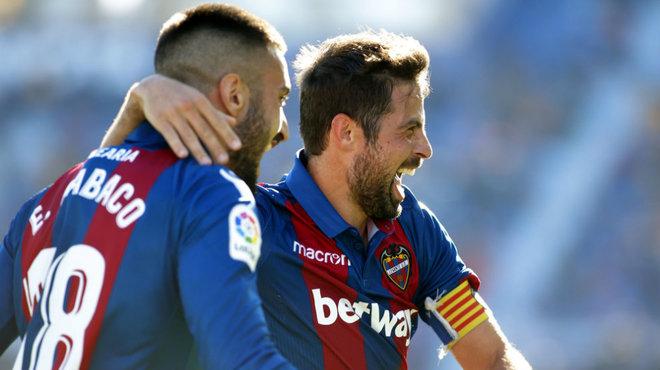 Coke celebra con Cabaco el gol que anotó al Lugo.