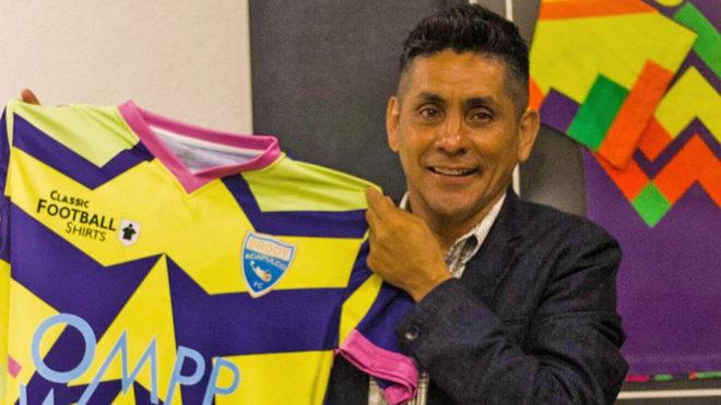 Campos posa con el jersey en su honor