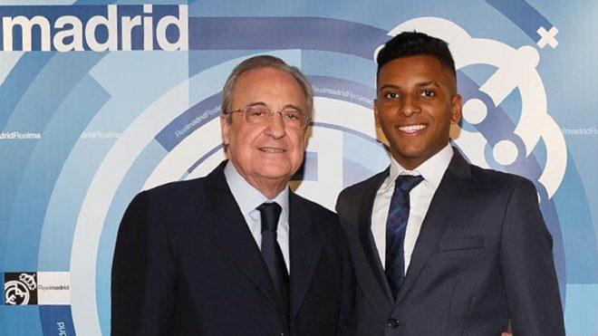 Rodrygo estuvo en el palco del Bernabéu y posó con Florentino Pérez