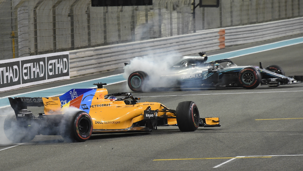 Hamilton y Alonso hacen 'donuts' en el circuito de Yas Marina.