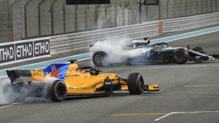 Hamilton y Alonso hacen 'donuts' en el circuito de Yas...