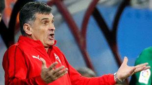 Mendilibar lamenta una acción en el partido ante el Sporting.