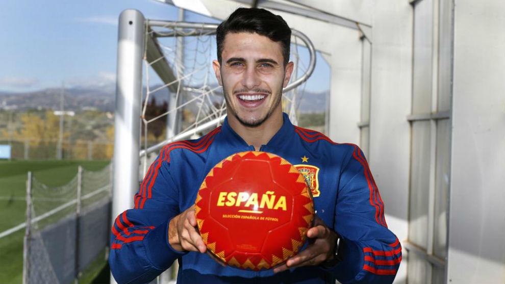 Mario Hermoso posa para MARCA con un balón de la selección.